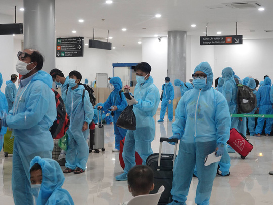 Vỡ òa niềm vui trên chuyến bay miễn phí từ TP HCM về quê Bình Định tránh dịch - Ảnh 2.