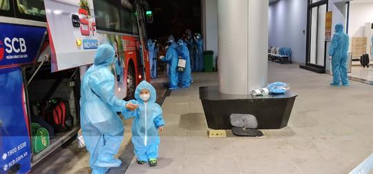Vỡ òa niềm vui trên chuyến bay miễn phí từ TP HCM về quê Bình Định tránh dịch - Ảnh 3.