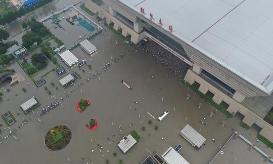 Trung Quốc cho nổ đê để giải phóng nước lũ - Ảnh 3.