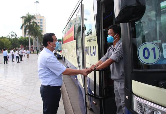 Quảng Nam đưa xe đón đồng hương, mang theo 100 tấn nông sản hỗ trợ TP HCM - Ảnh 6.