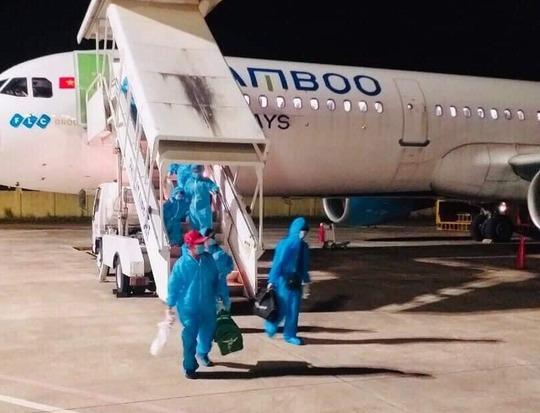Vỡ òa niềm vui trên chuyến bay miễn phí từ TP HCM về quê Bình Định tránh dịch - Ảnh 1.
