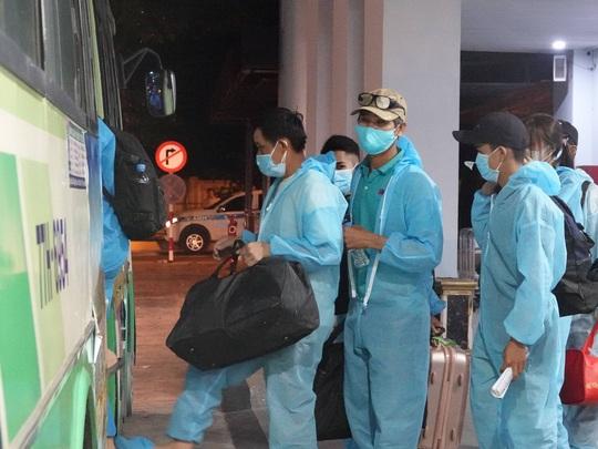 Vỡ òa niềm vui trên chuyến bay miễn phí từ TP HCM về quê Bình Định tránh dịch - Ảnh 4.