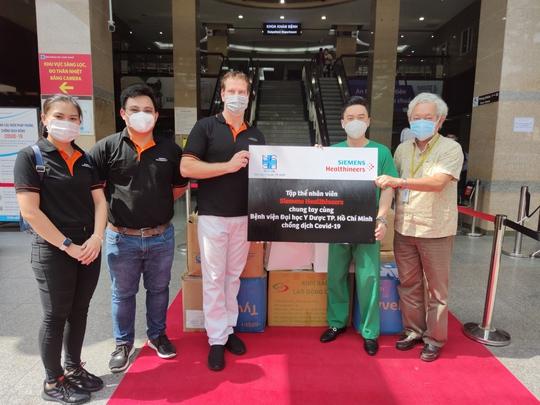 Tập thể nhân viên Siemens Healthineers chung tay hỗ trợ Bệnh viện Đại học Y Dược TP HCM chống dịch Covid-19 - Ảnh 1.