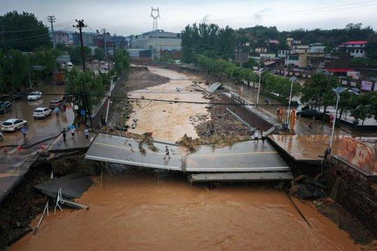 Những hình ảnh đáng quên sau lũ lụt kinh khủng ở Trung Quốc - Ảnh 7.