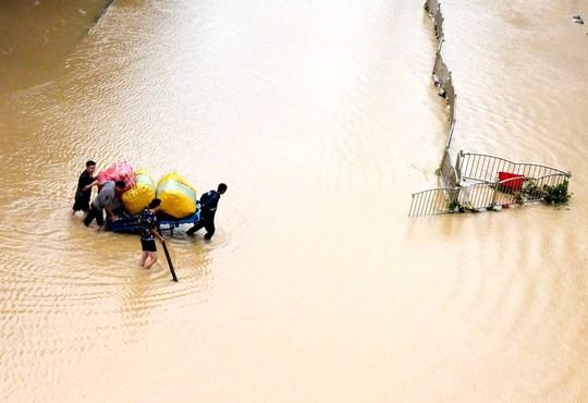 Những hình ảnh đáng quên sau lũ lụt kinh khủng ở Trung Quốc - Ảnh 3.