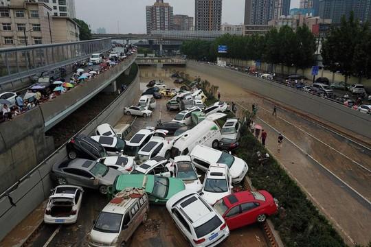 Những hình ảnh đáng quên sau lũ lụt kinh khủng ở Trung Quốc - Ảnh 13.