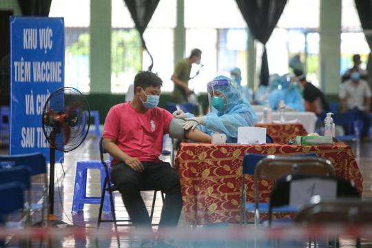 Ngày đầu triển khai tiêm đại trà hơn 930.000 liều vắc-xin ngừa Covid-19 tại TP HCM  - Ảnh 5.