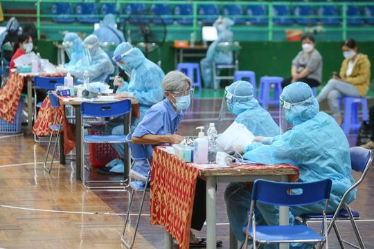 Ngày đầu triển khai tiêm đại trà hơn 930.000 liều vắc-xin ngừa Covid-19 tại TP HCM  - Ảnh 9.