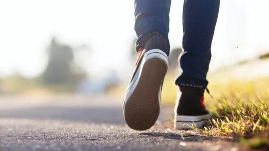 Muốn khỏe cần bao nhiêu bước chân mỗi ngày? - Ảnh 1.