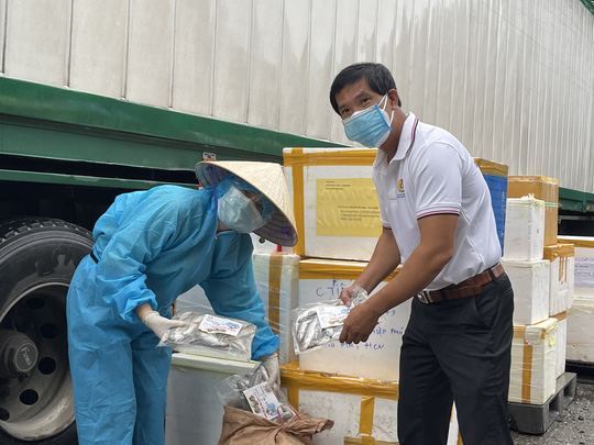 Quảng Bình góp 27,5 tấn tôm cá cùng công nhân TP HCM chống dịch - Ảnh 1.
