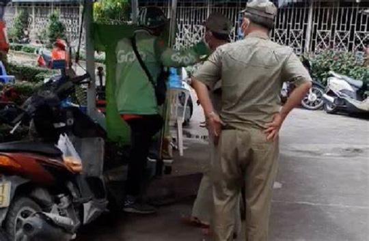 TP HCM: Tạm đình chỉ 2 bảo vệ dân phố đánh người ở chốt phong tỏa - Ảnh 1.