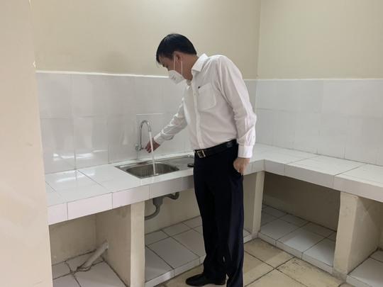 Sawaco nỗ lực cung cấp nước sạch miễn phí cho Khu cách ly tập trung, Bệnh viện dã chiến điều trị Covid-19 tại TP HCM - Ảnh 1.