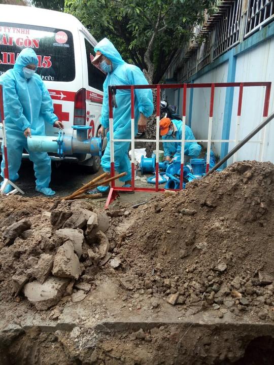 Sawaco nỗ lực cung cấp nước sạch miễn phí cho Khu cách ly tập trung, Bệnh viện dã chiến điều trị Covid-19 tại TP HCM - Ảnh 4.