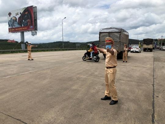 Xe CSGT dẫn đường đưa công nhân từ TP HCM về quê - Ảnh 2.