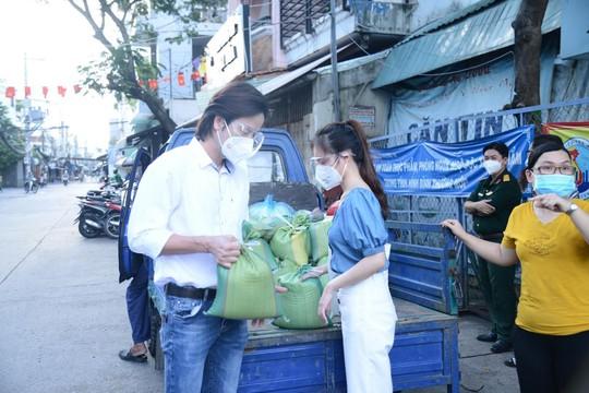Diễn viên Đoàn Minh Tài, ca sĩ Sunny Đan Ngọc trao quà cho bà con nghèo bị cách ly - Ảnh 3.