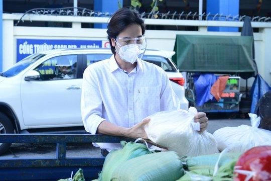Diễn viên Đoàn Minh Tài, ca sĩ Sunny Đan Ngọc trao quà cho bà con nghèo bị cách ly - Ảnh 2.