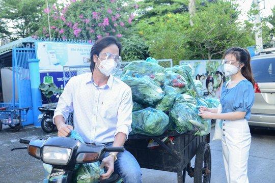 Diễn viên Đoàn Minh Tài, ca sĩ Sunny Đan Ngọc trao quà cho bà con nghèo bị cách ly - Ảnh 5.