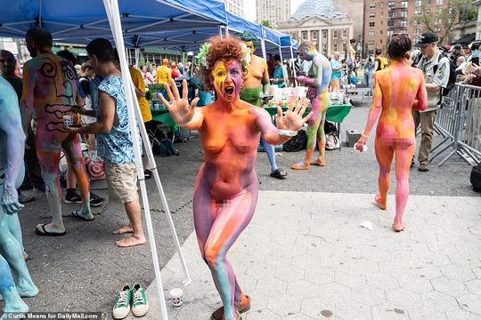 Hàng loạt người mẫu khỏa thân, biến hình trên phố - Ảnh 7.