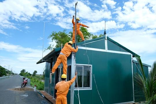 Tổng Công ty Điện lực miền Nam tăng cường hướng dẫn phòng tránh tai nạn điện mùa mưa bão - Ảnh 2.