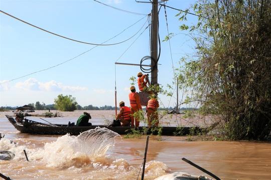 Tổng Công ty Điện lực miền Nam tăng cường hướng dẫn phòng tránh tai nạn điện mùa mưa bão - Ảnh 3.