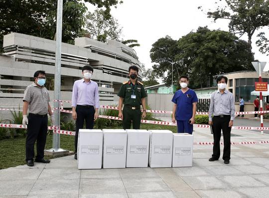 Trao tặng Bệnh viện Quân y 175 1000 khẩu trang N95 và 1000 bộ bảo hộ y tế - Ảnh 1.