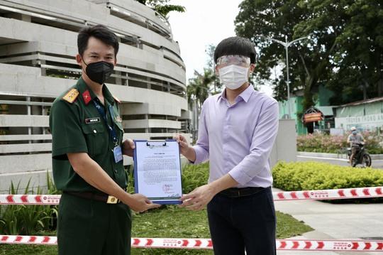 Trao tặng Bệnh viện Quân y 175 1000 khẩu trang N95 và 1000 bộ bảo hộ y tế - Ảnh 3.