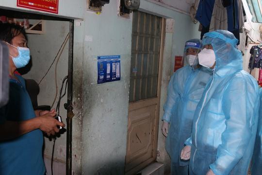 Bí thư Thành ủy TP HCM Nguyễn Văn Nên thăm, động viên người dân trong khu nhà trọ - Ảnh 2.