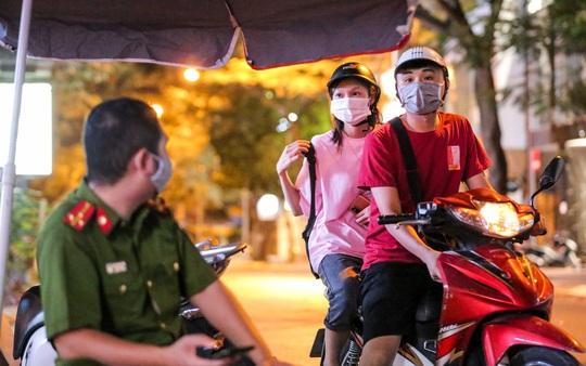 Người dân mặc áo mưa tiếp tế lương thực vào trung tâm thương mại bị phong toả - Ảnh 10.