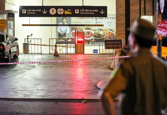 Người dân mặc áo mưa tiếp tế lương thực vào trung tâm thương mại bị phong toả - Ảnh 8.
