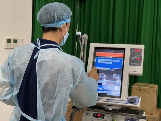 Quỹ Từ thiện Kim Oanh tiếp tục trao tặng ngành Y tế Đồng Nai 5 máy thở và nhiều vật tư y tế - Ảnh 2.
