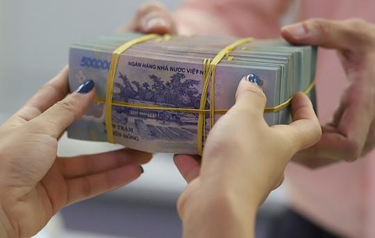 Dự báo rủi ro tăng, ngân hàng vẫn nới lỏng tiêu chuẩn tín dụng - Ảnh 1.