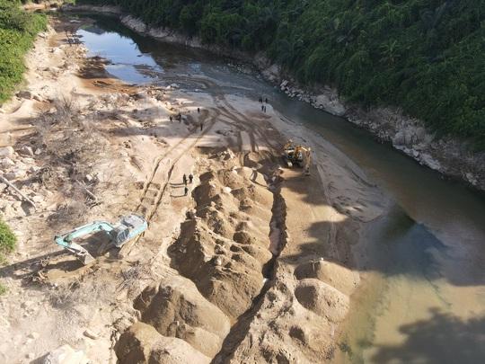 Tìm thấy nhiều đồ vật nghi của các nạn nhân mất tích ở Thủy điện Rào Trăng 3 - Ảnh 1.