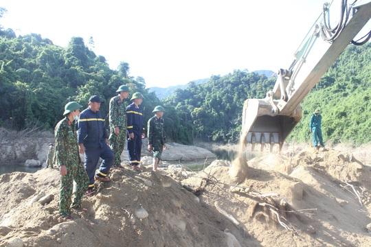 Tìm thấy nhiều đồ vật nghi của các nạn nhân mất tích ở Thủy điện Rào Trăng 3 - Ảnh 4.