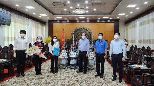 Quỹ từ thiện Kim Oanh trao tặng máy thở, vật tư y tế trị giá 2,5 tỉ đồng cho Long An và Đồng Tháp - Ảnh 1.