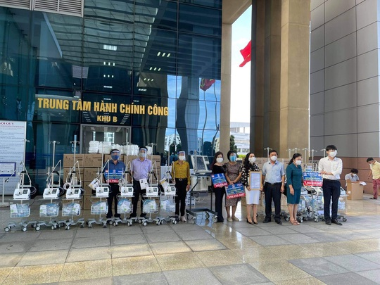 Quỹ từ thiện Kim Oanh trao tặng máy thở, vật tư y tế trị giá 2,5 tỉ đồng cho Long An và Đồng Tháp - Ảnh 3.
