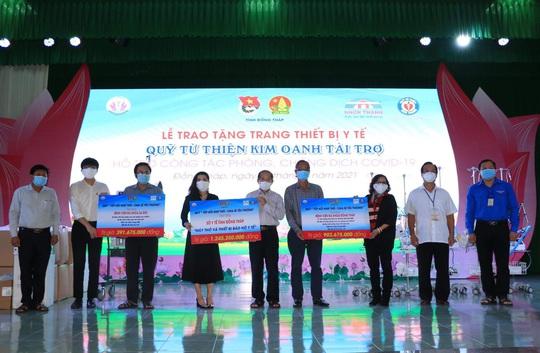 Quỹ từ thiện Kim Oanh trao tặng máy thở, vật tư y tế trị giá 2,5 tỉ đồng cho Long An và Đồng Tháp - Ảnh 2.