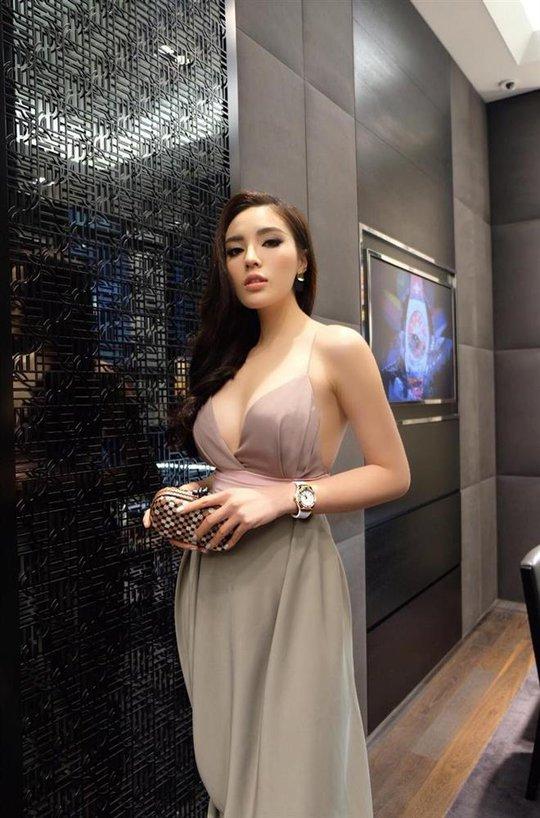 Hoa hậu Kỳ Duyên lại bị chê vì ăn mặc phóng khoáng - Ảnh 4.