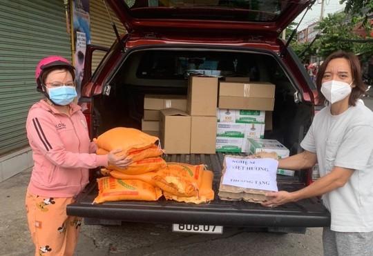 Bị chê từ thiện làm màu, nghệ sĩ Việt Hương lên tiếng - Ảnh 2.