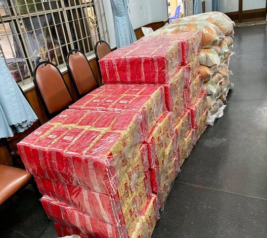 NSƯT Trịnh Kim Chi vận động quà cứu trợ 178 công nhân sân khấu TP HCM - Ảnh 3.
