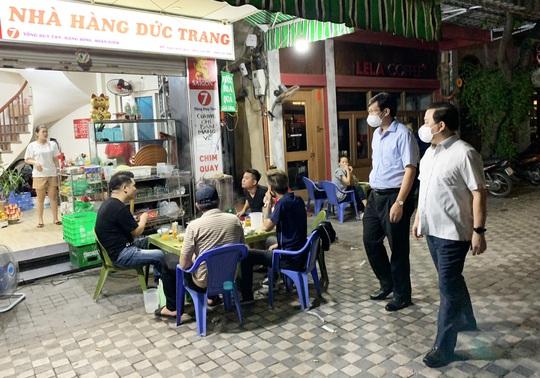 Đột xuất kiểm tra, lãnh đạo Hà Nội bắt tại trận nhiều cửa hàng vi phạm - Ảnh 1.