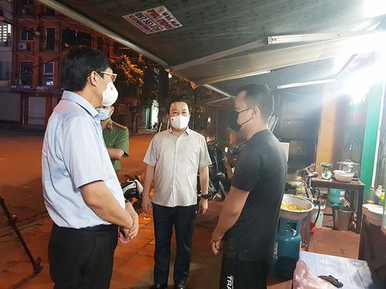 Đột xuất kiểm tra, lãnh đạo Hà Nội bắt tại trận nhiều cửa hàng vi phạm - Ảnh 2.