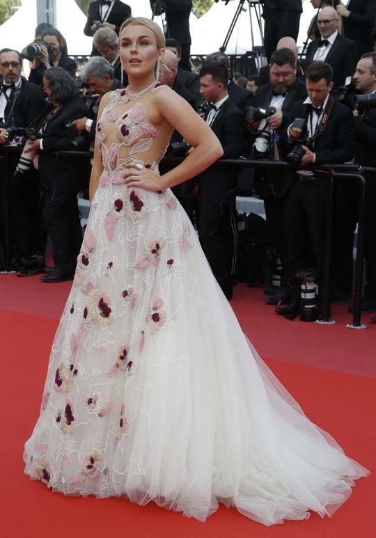 Lại tạo dáng hở hang, phản cảm trên thảm đỏ Liên hoan phim Cannes - Ảnh 5.