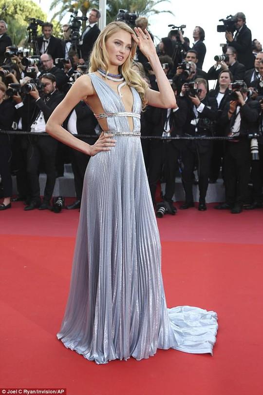 Lại tạo dáng hở hang, phản cảm trên thảm đỏ Liên hoan phim Cannes - Ảnh 4.