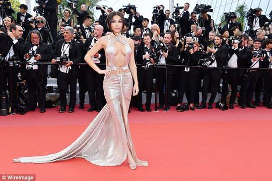 Lại tạo dáng hở hang, phản cảm trên thảm đỏ Liên hoan phim Cannes - Ảnh 3.