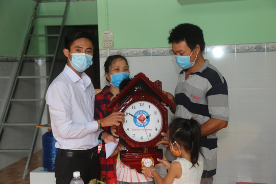 Trao tặng nhà Đại đoàn kết cho hộ nghèo xã An Điền, thị xã Bến Cát - Ảnh 1.