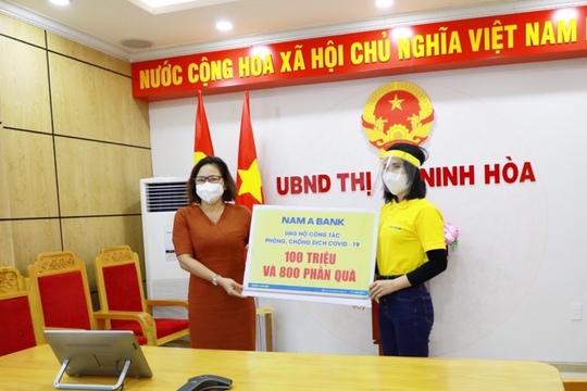 Nam A Bank trao tặng hàng ngàn phần quà đến người dân vùng dịch - Ảnh 1.