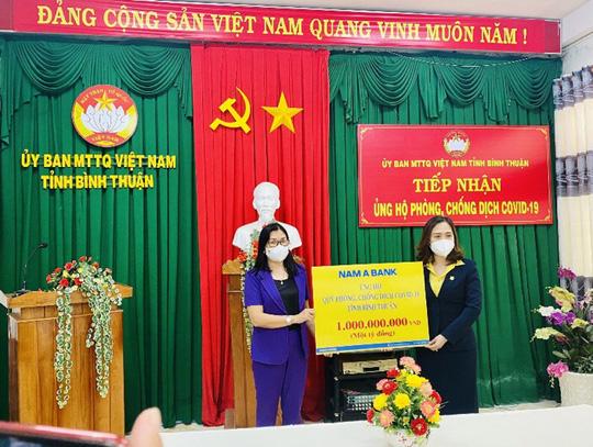 Nam A Bank trao tặng hàng ngàn phần quà đến người dân vùng dịch - Ảnh 2.