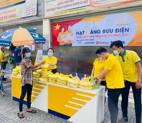 Nam A Bank trao tặng hàng ngàn phần quà đến người dân vùng dịch - Ảnh 3.