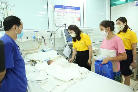 Nam A Bank trao tặng hàng ngàn phần quà đến người dân vùng dịch - Ảnh 4.