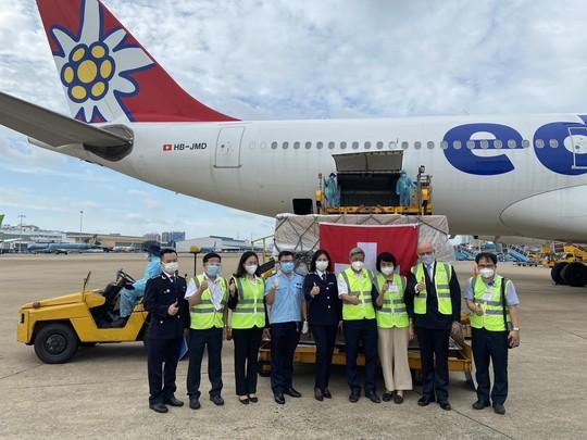 13 tấn thiết bị y tế của Thụy Sĩ gửi tặng đã đến sân bay Tân Sơn Nhất - Ảnh 1.